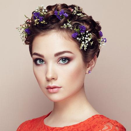 cosmeticos: Frente a la hermosa mujer decorado con flores. Maquillaje perfecto. Manera de la belleza. Pesta�as. Sombra de ojos cosm�tica Foto de archivo