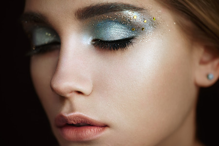 Mooie vrouw gezicht. Perfecte make-up. Beauty fashion. Wimpers. Lippen. Cosmetische oogschaduw. Make-up detail. Eyeliner