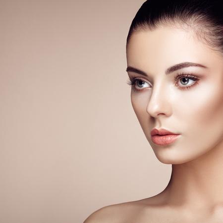 Piękna twarz kobiety. Idealny makijaż. Moda Uroda. Rzęsy. Eyeshadow kosmetycznych. Podświetlanie