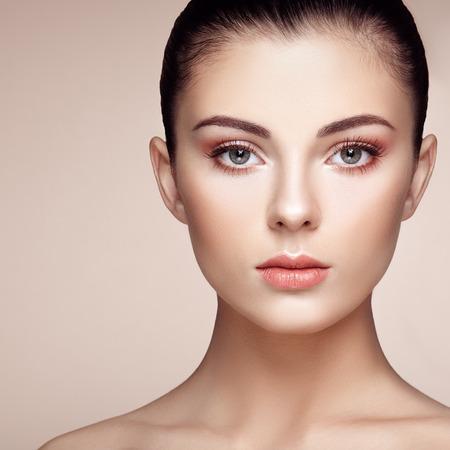 美しい女性の顔。完璧なメイク。美容ファッション。まつげ。化粧品アイシャドウ。強調表示