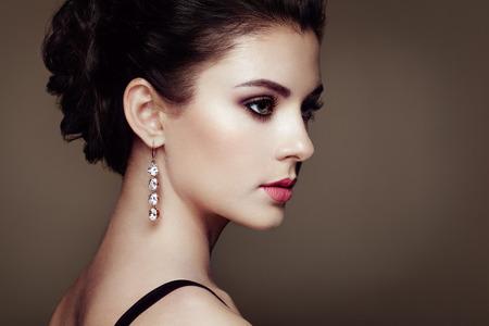 Fashion Portrait der jungen schönen Frau mit Schmuck. Brunette Mädchen. Perfekte Make-up. Schönheit Stil Frau mit Diamant-Zubehör