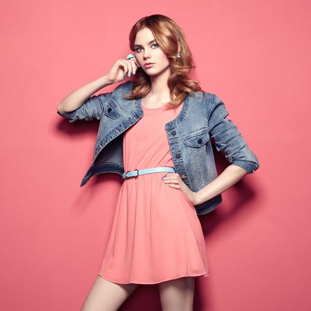 Fashion portret van mooie jonge vrouw in een zomerjurk. Beauty lente-foto