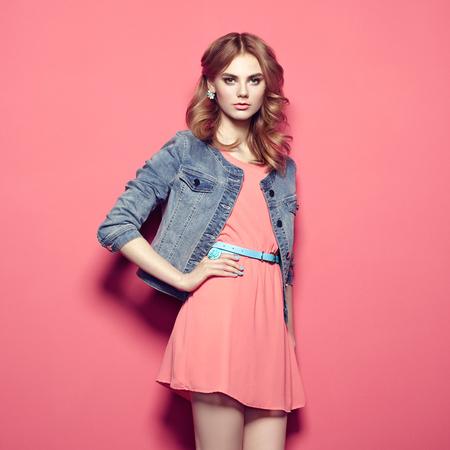 夏季には、美しい若い女性のファッションの肖像画のドレスします。美春写真