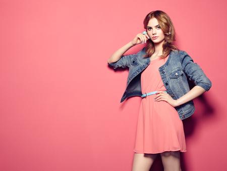 thời trang: Thời trang bức chân dung của người phụ nữ trẻ xinh đẹp trong chiếc váy mùa hè. ảnh vẻ đẹp mùa xuân