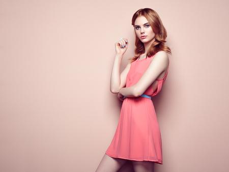 modelos posando: Retrato de la mujer joven hermosa en un vestido de verano. Belleza foto de la primavera
