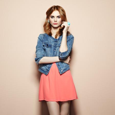 Fashion Portrait der schönen jungen Frau in einem Sommerkleid. Beauty Frühling Foto