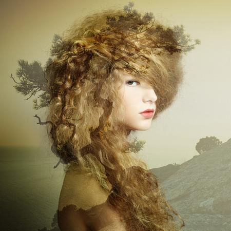 Portret van mooie sensuele vrouw met elegante kapsel. Mode foto. Dubbele belichting portret van vrouw in combinatie met foto van de natuur Stockfoto