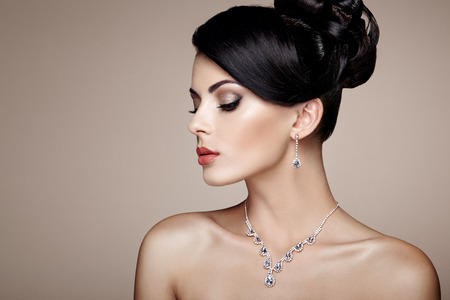 Fashion portrait of young beautiful woman with jewelry. Brunette girl. Perfect make-up.  Beauty style woman with diamond accessories Foto de archivo