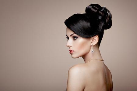 ファッション ジュエリーの若い美しい女性の肖像画。ブルネットの少女。完璧なメイク。 ダイヤモンド アクセサリー美容スタイル女性