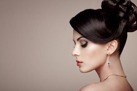 보석 아름 다운 젊은 여자의 초상화입니다. 갈색 머리 소녀. 완벽한 메이크업. 다이아몬드 액세서리와 함께 뷰티 스타일 여자 스톡 콘텐츠