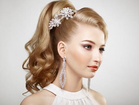 schöne frauen: Fashion Portrait der jungen schönen Frau mit Schmuck und elegante Frisur. Blonde Mädchen mit langen gewellten Haaren. Perfekte Make-up. Beauty-Stil Frau mit Diamant-Zubehör Lizenzfreie Bilder