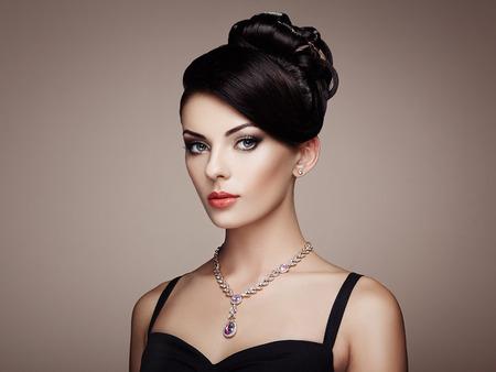 schöne frauen: Fashion Portrait der jungen schönen Frau mit Schmuck und elegante Frisur. Brunette Mädchen. Perfekte Make-up. Beauty-Stil Frau mit Diamant-Zubehör Lizenzfreie Bilder