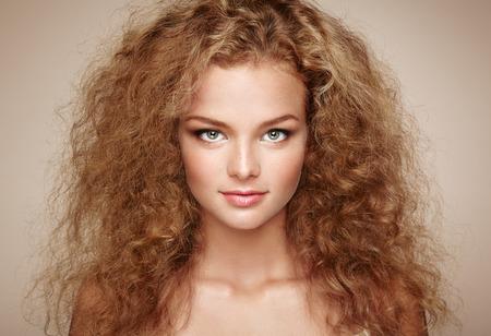 Retrato De La Mujer Hermosa Joven Con La Joyeria Y El Peinado