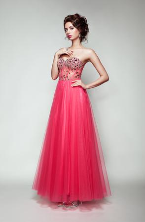 Fashion Portrait der schönen Frau im eleganten Kleid. Mädchen mit eleganten Frisur und Schmuck