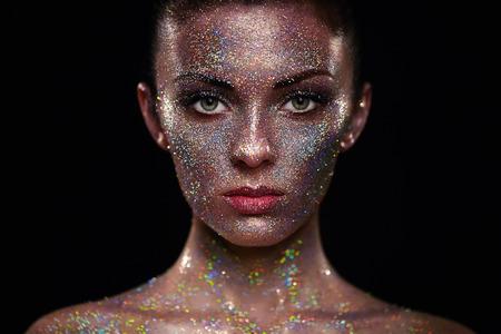 彼女の顔の上で輝きと美しい女性の肖像画。芸術と少女は、色光をメイクアップします。カラフルなメイクとファッション モデル