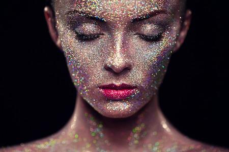 그녀의 얼굴에 반짝 아름 다운 여자의 초상화입니다. 예술과 소녀 색상 빛 메이크업. 화려한 메이크업과 패션 모델