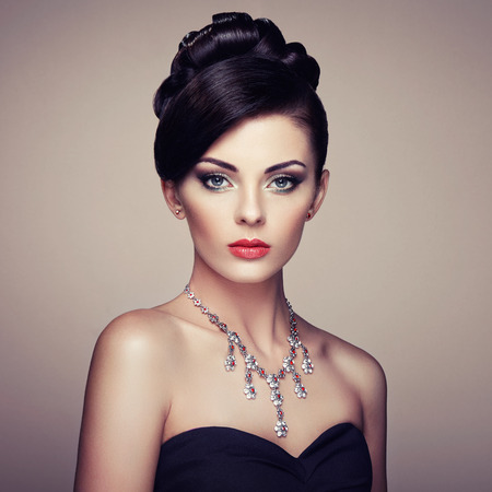 Fashion portrait of young beautiful woman with jewelry. Brunette girl. Perfect make-up.  Beauty style woman with diamond accessories 스톡 콘텐츠