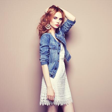 Moda ritratto di giovane e bella donna in un abito estivo. Bellezza primavera foto Archivio Fotografico - 65173839