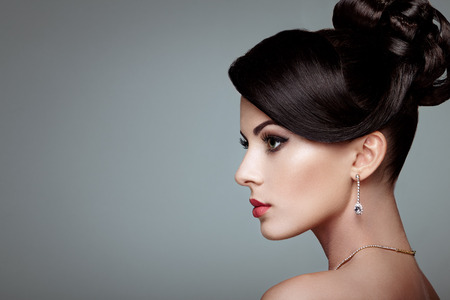 belle brune: Fashion portrait de la belle jeune femme avec des bijoux. Brunette fille. Maquillage parfait. femme de style de beauté avec des accessoires de diamant
