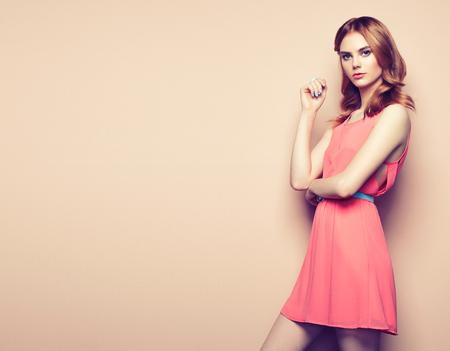 Retrato de la mujer joven hermosa en un vestido de verano. Belleza foto de la primavera Foto de archivo - 65627585