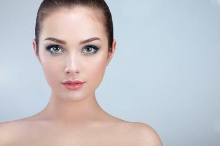 Cara de la mujer hermosa. Maquillaje perfecto. manera de la belleza. Pestañas. Labios. Sombra de ojos cosmético. Piel perfecta