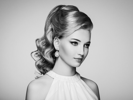 diamante negro: Retrato de la mujer hermosa joven con la joyería y el peinado elegante. chica rubia con el pelo largo y ondulado. Maquillaje perfecto. Mujer del estilo de la belleza con los accesorios del diamante. En blanco y negro