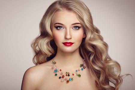 Fashion Portrait der jungen schönen Frau mit Schmuck und elegante Frisur. Blonde Mädchen mit langen gewellten Haaren. Perfekte Make-up. Schönheit Stil Modell Standard-Bild - 72490039