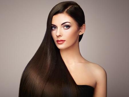滑らかな長い髪の美しい女性。完璧なメイクと髪型の女の子。完璧な健康な黒い髪とブルネットのモデル