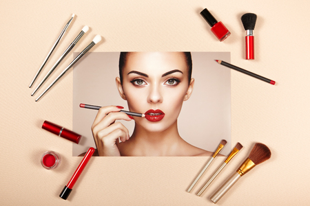 女性のファッションアクセサリーをコラージュします。Falt はレイ。ビューティ写真。メイクアップ ブラシ。ジュエリーとマニキュア。美しい女性は、赤い口紅で唇を描画します。爪とマニキュア 写真素材 - 79570572