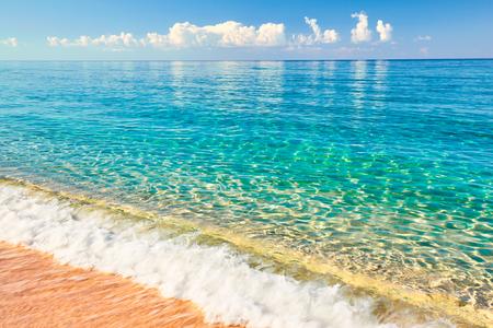 晴れた空と熱帯のビーチから海の景色。夏の楽園ビーチ。熱帯の海岸。熱帯の海。エキゾチックな夏のビーチには、雲と地平線上に。オーシャン ビ