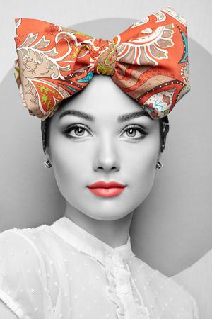 弓と美しい若い女性の肖像画。ブルネットの少女。美容ファッション。化粧品メイクアップ