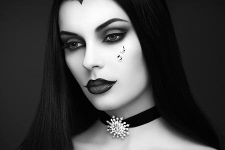 Halloween Vampir Frau Porträt. Schöne Zauber-Mode-sexy Vampirs-Dame mit dem langen dunklen Haar, Schönheit bilden und Kostüm