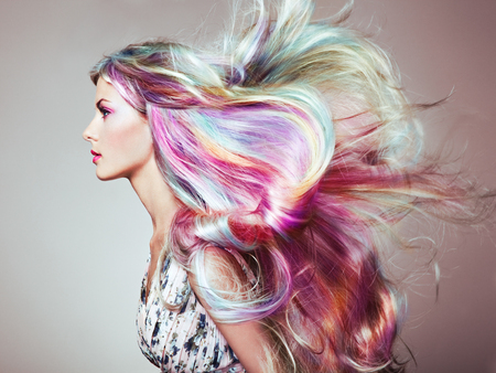 Fille de mannequin de beauté aux cheveux teints colorés. Fille avec un maquillage et une coiffure parfaits. Modèle avec des cheveux teints en parfaite santé. Coiffures Arc En Ciel Banque d'images