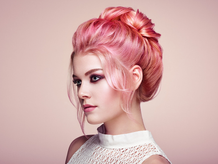 Blonde Girl with Elegant and shiny Hairstyle. Beautiful Model Woman with Curly Hairstyle. Care and Beauty Hair products. Perfect Make-Up Stockfoto