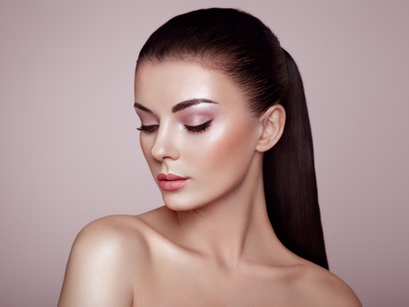 Beautiful Young Woman with Clean Fresh Skin. Perfect Makeup. Beauty Fashion. Eyelashes. Cosmetic Eyeshadow. Highlighting. Cosmetology, Beauty and Spa Stockfoto