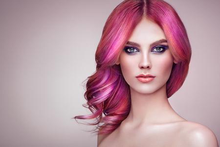 Modello di moda ragazza di bellezza con capelli tinti colorati. Ragazza con trucco e acconciatura perfetti. Modello con capelli tinti sani e perfetti. Acconciature arcobaleno