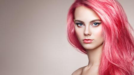 Beauty Fashion Model Girl mit bunt gefärbtem Haar. Mädchen mit perfektem Make-up und Frisur. Modell mit perfektem gesund gefärbtem Haar Standard-Bild