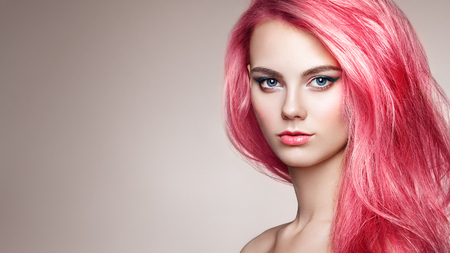 Chica modelo de moda de belleza con el pelo teñido de colores. Chica con maquillaje y peinado perfectos. Modelo con cabello teñido perfecto y saludable Foto de archivo