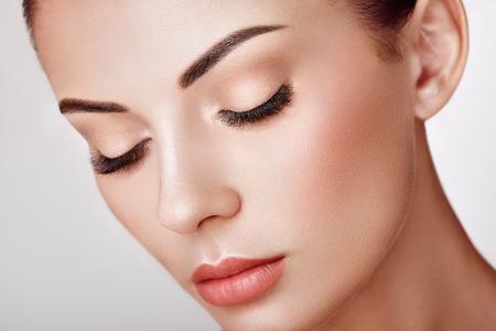 Schöne Frau mit extrem langen falschen Wimpern. Wimpernverlängerungen. Make-up, Kosmetik. Schönheit, Hautpflege Standard-Bild