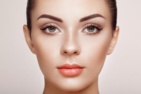 Mooie vrouw met extreem lange valse wimpers. Wimper extensions. Make-up, schoonheidsmiddelen. Schoonheid, Huidverzorging