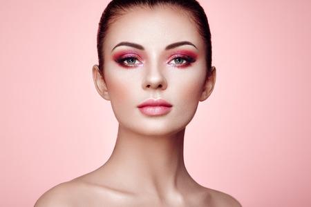 Hermosa mujer joven con la piel limpia y fresca. Maquillaje perfecto. Moda de belleza. Pestañas. Sombra de ojos cosmética. Destacando. Cosmetologia, Belleza y Spa Foto de archivo