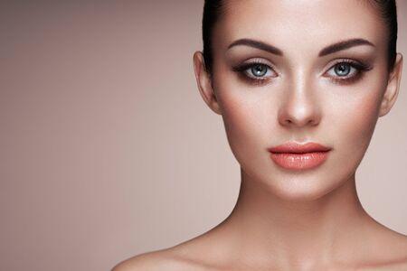 Hermosa mujer con pestañas postizas extremadamente largas. Extensiones de pestañas. Maquillaje, Cosméticos. Belleza, Cuidado de la piel Foto de archivo