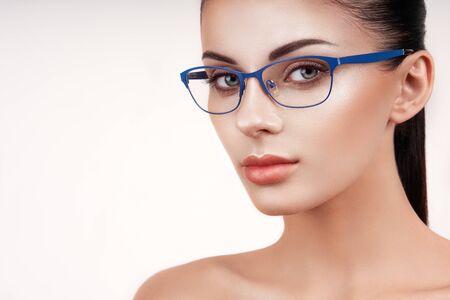Mujer con pestañas largas en anteojos. Corrección de la visión. Mala vista. Montura de gafas. Maquillaje, cosmética, belleza. De cerca, macro