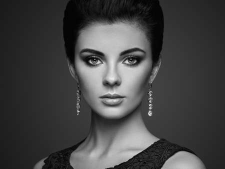 Fashion portrait of young beautiful woman with jewelry. Brunette girl. Perfect make-up.  Beauty style woman with diamond accessories Standard-Bild