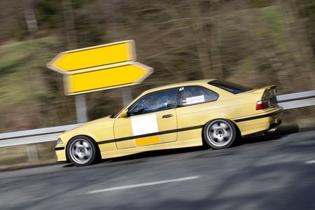 superdirecta: Amarillo deporte sobrevuelo de coches en la carretera