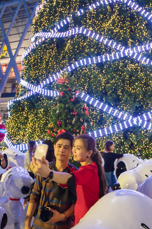 BANGKOK, THAILAND – december 21, 2014 : the children and their parents come to photograph in front of the magestic Christmas treeBANGKOK, THAILAND – december 21,2014 : the children and their parents come to photograph in front of the magestic Christma