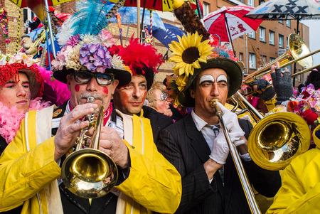 DUNKIRK, FRANKREICH - 25. Februar 2004: Musik des Karnevals ist die Basis davon. Es ist besser, sie vor allem zu kennen, die Jean Bart der Korsarenheld der Stadt singen.