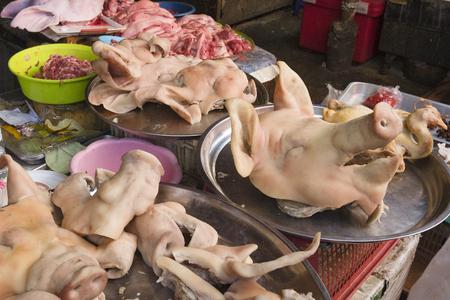 tête , pieds, oreille et queue dun porc au marché de Bang Rak