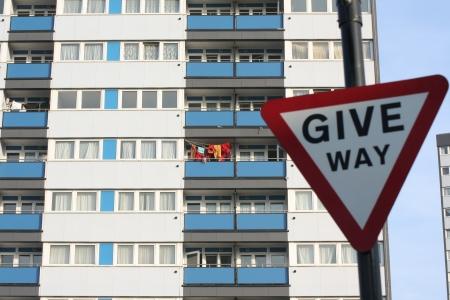 periferia: Entra posto di fronte a un blocco di appartamenti di periferia