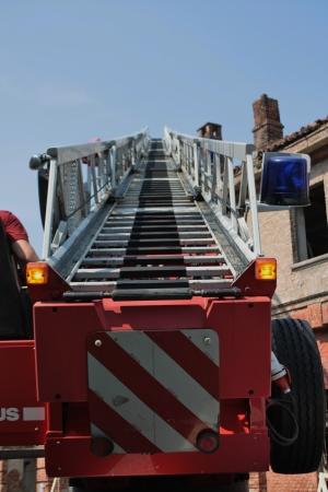 extensible: Primer plano de una escalera extensible de un cami�n de bomberos Foto de archivo